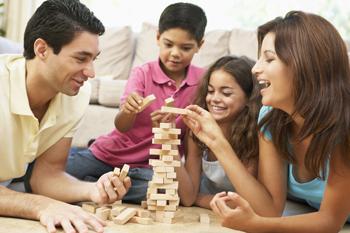 המשפחה בונה מגדל מקוביות